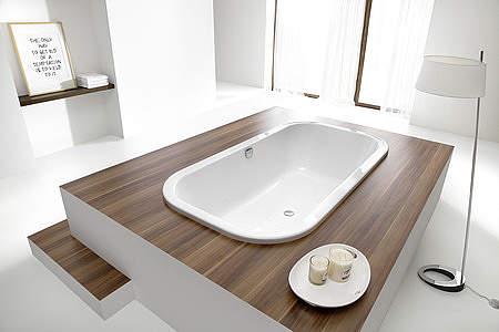 luxus badezimmer mit grozgiger badewanne und dusche mit glaswand